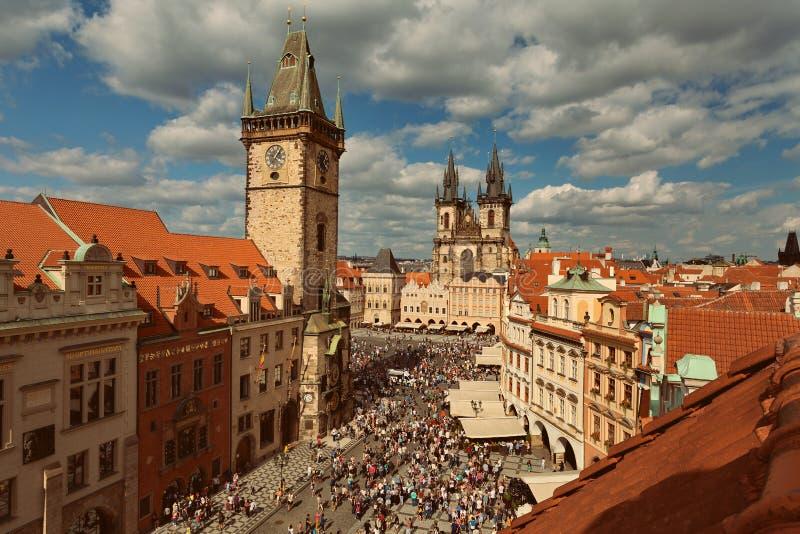 PRAGA, BOHEMIA, REPÚBLICA CHECA - vista de la ciudad vieja, de la vieja plaza, de la iglesia de la Virgen María antes del Tyn y d foto de archivo