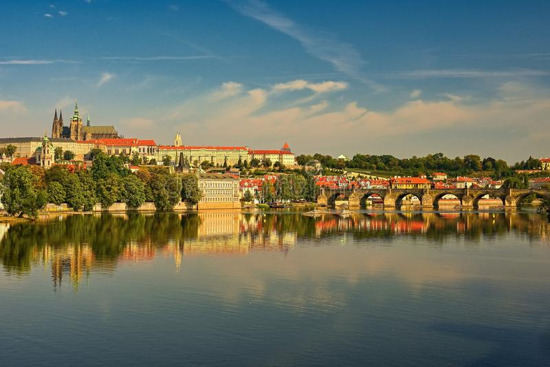 Praga, capital de la República Checa Opinión escénica de la puesta del sol la viejos arquitectura y Charles Bridge del embarcader fotos de archivo libres de regalías