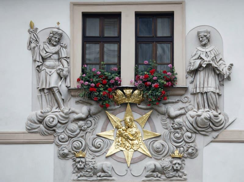 Praga, casa do dourado bem, Madonna e criança cercados por Saint fotografia de stock royalty free