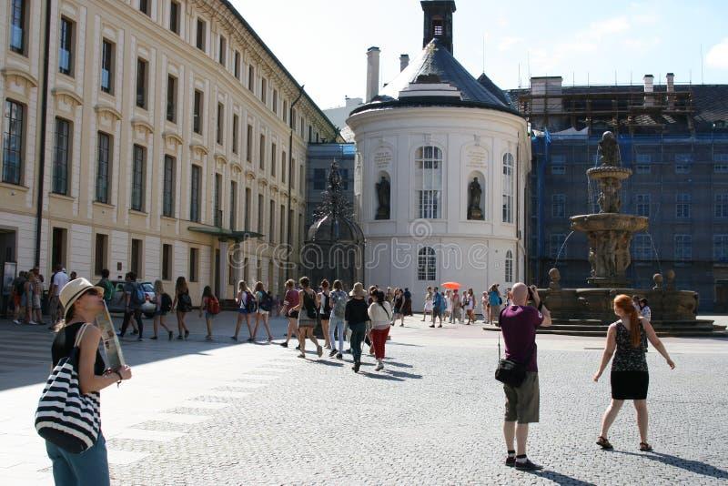 Praga Castle_tourists fotografia stock libera da diritti