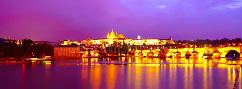 Praga centre panorama przy nocą zdjęcia stock