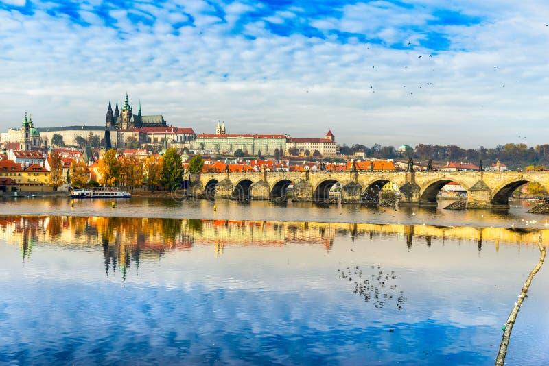 Praga, Charles Bridge, el castillo y St Vitus Cathedral imagen de archivo