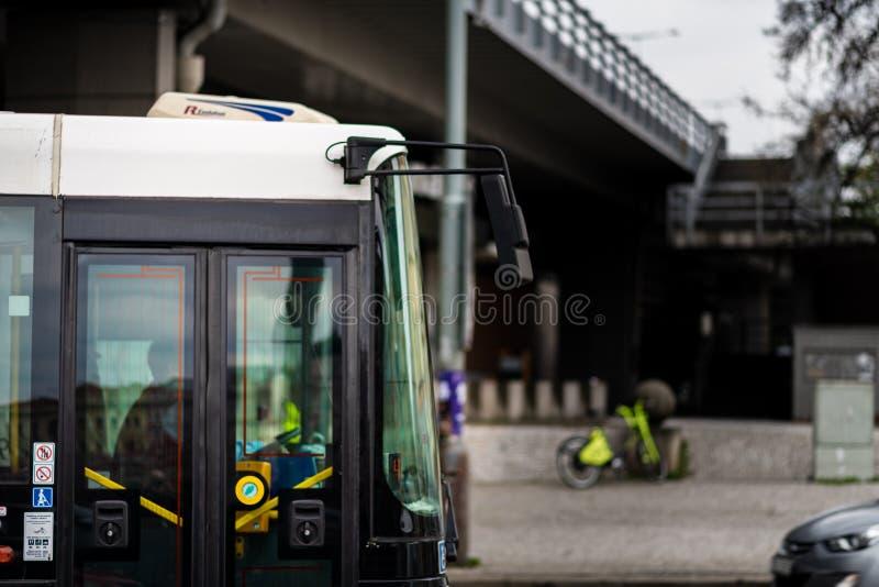 PRAGA, CHECO - 12 DE ABRIL DE 2019: Um dos ônibus famosos de Pragues que viajam através da cidade em abril foto de stock royalty free