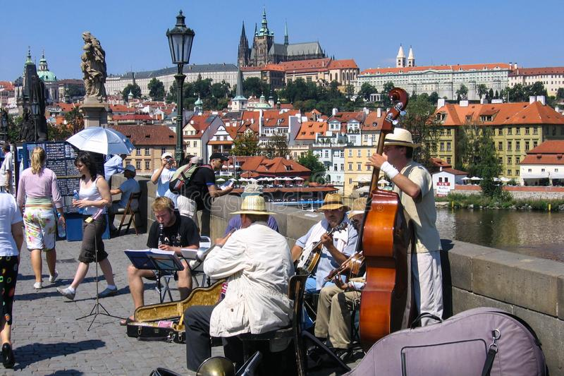 PRAGA, CHECO - 30 de julio de 2007 - los músicos de jazz de la calle juega música del dixieland en Charles Bridge a través del rí fotos de archivo libres de regalías