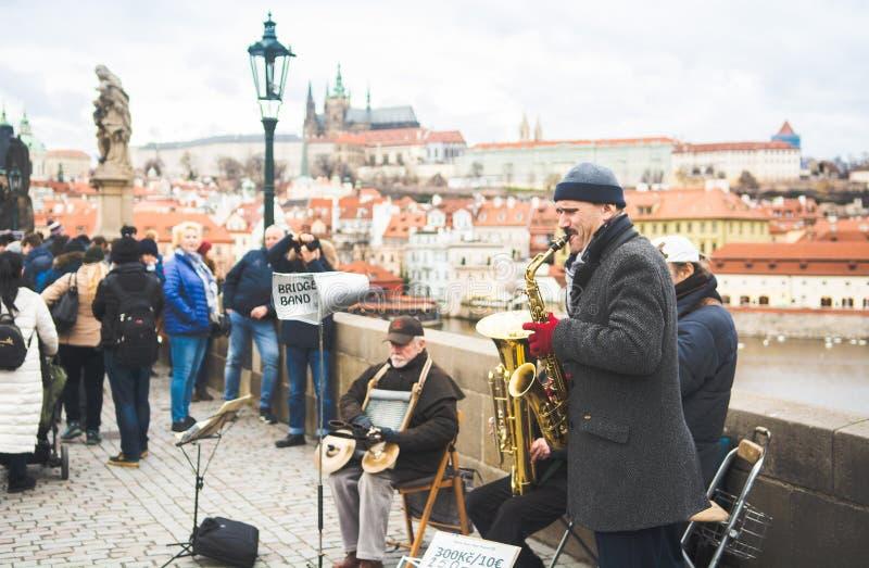 Praga, cyganeria, republika czech - Grudzień 2018: muzyczny zespół na Charles moście obrazy royalty free