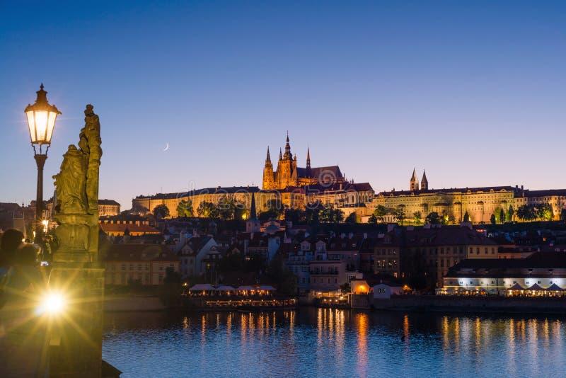 Praga, cyganeria, republika czech Hradcany jest Praha kasztelem z kościół i góruje, kaplicy, sala Wieczór widok touris zdjęcia royalty free