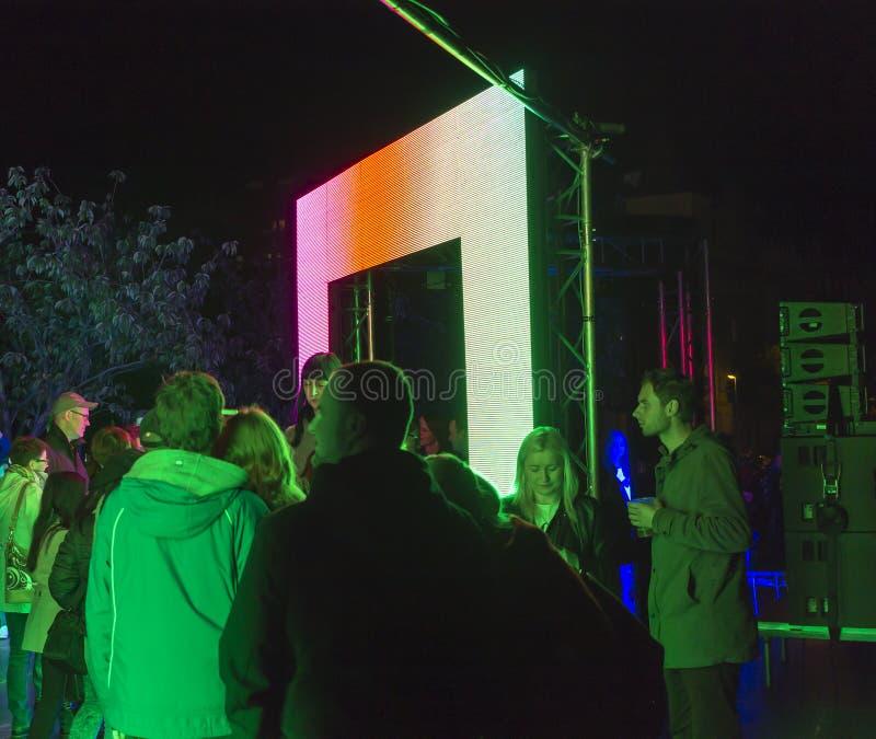 PRAGA, CZ - PAŹDZIERNIK 12, 2017: Ludzie przy aksjomatem zaświecają instalaci zestawem Webster przy Praga Sygnałowego światła fes obraz stock