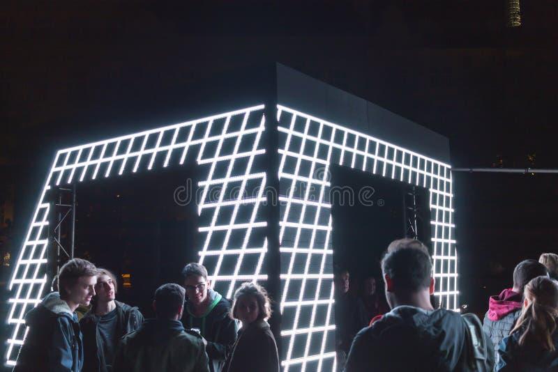 PRAGA, CZ - PAŹDZIERNIK 12, 2017: Ludzie przy aksjomatem zaświecają instalaci zestawem Webster przy Praga Sygnałowego światła fes fotografia stock