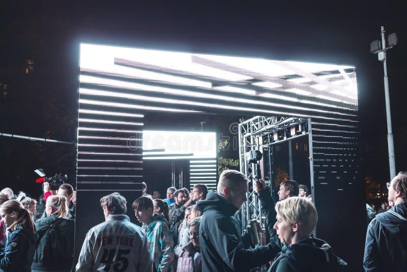 PRAGA, CZ - PAŹDZIERNIK 12, 2017: Ludzie przy aksjomatem zaświecają instalaci zestawem Webster przy Praga Sygnałowego światła fes zdjęcie stock