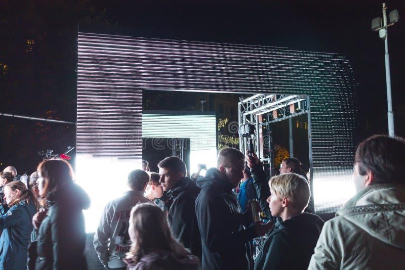 PRAGA, CZ - PAŹDZIERNIK 12, 2017: Ludzie przy aksjomatem zaświecają instalaci zestawem Webster przy Praga Sygnałowego światła fes zdjęcia stock