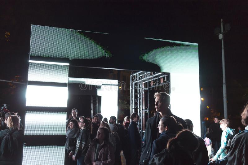 PRAGA, CZ - PAŹDZIERNIK 12, 2017: Ludzie przy aksjomatem zaświecają instalaci zestawem Webster przy Praga Sygnałowego światła fes obrazy stock
