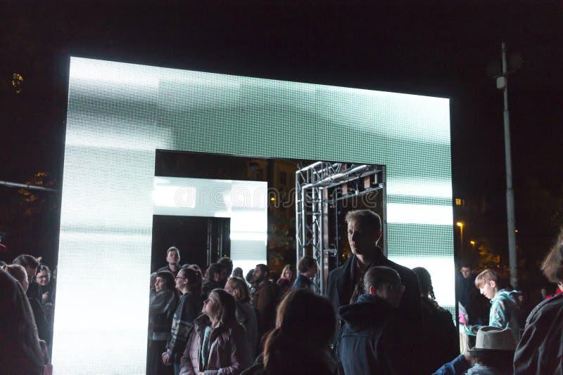 PRAGA, CZ - PAŹDZIERNIK 12, 2017: Ludzie przy aksjomatem zaświecają instalaci zestawem Webster przy Praga Sygnałowego światła fes fotografia royalty free