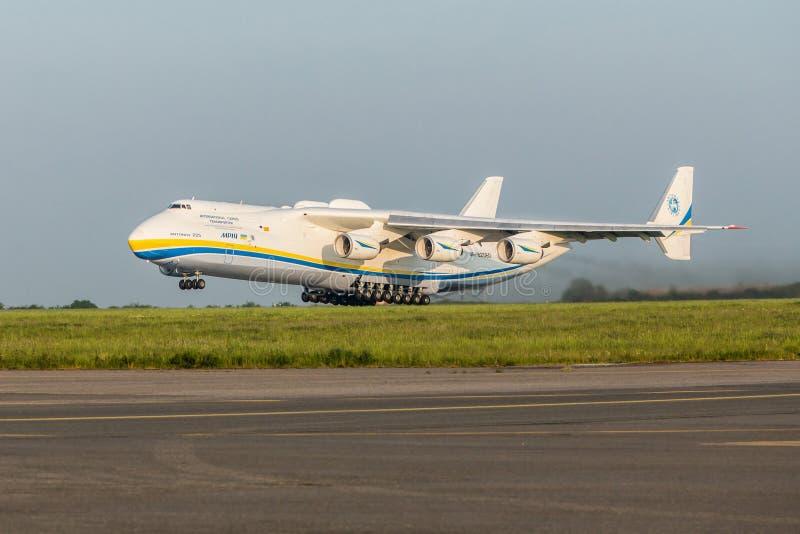 PRAGA, CZE - 12 DE MAIO: Avião de Antonov 225 no aeroporto Vaclava Havla em Praga, o 12 de maio de 2016 PRAGA, REPÚBLICA CHECA É  fotografia de stock royalty free