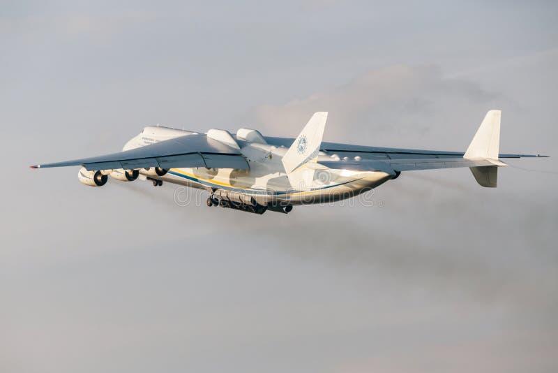 PRAGA, CZE - MAJ 12: Antonov 225 samolot na Lotniskowym Vaclava Havla w Praga, Maj 12, 2016 PRAGA, republika czech Ja jest duży fotografia royalty free