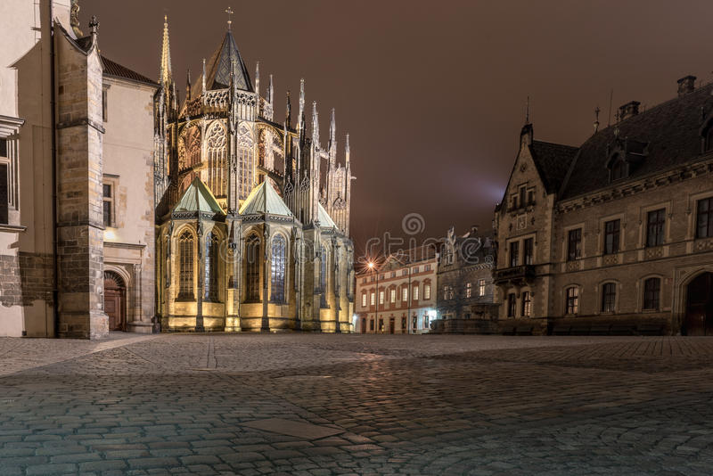PRAGA, czech - MARZEC 12, 2016: Noc i St Vitus katedra długo ekspozycji czeski Prague obrazy stock