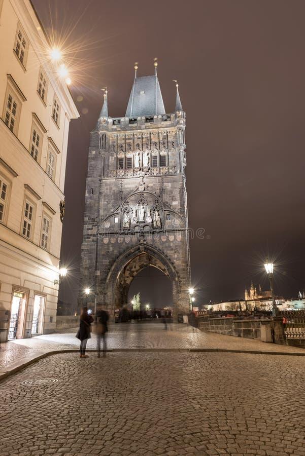 PRAGA, czech - MARZEC 12, 2016: Stary miasteczko mosta wierza, Charles most Długi ujawnienie, Praga, czech Rozmyci ludzie przez d obraz royalty free