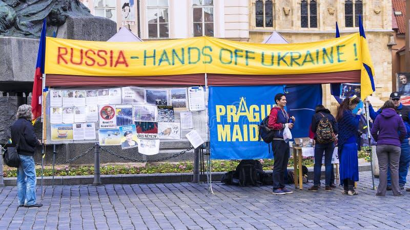 PRAGA, czech REPUBLIC-MAY 16: Ukraiński aktywisty protest w Pr obraz royalty free