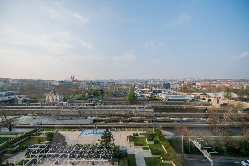 PRAGA, CZECHIA - 9 DE ABRIL DE 2019: La opinión aérea diurna del abejón de Praga con ella es puentes y río famosos fotos de archivo libres de regalías