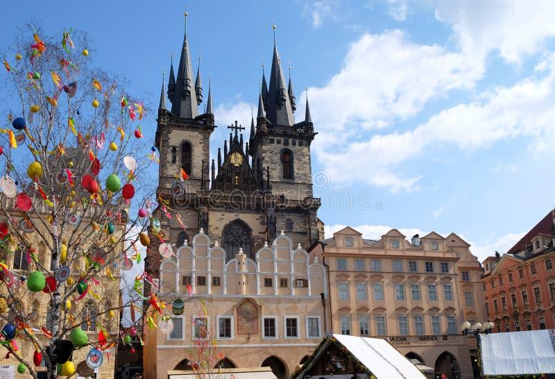 Praga, Czeska republika Marzec 27, 2018: Wielkanocny świętowanie w Starym rynku Widok na Tyn kościół zdjęcia stock