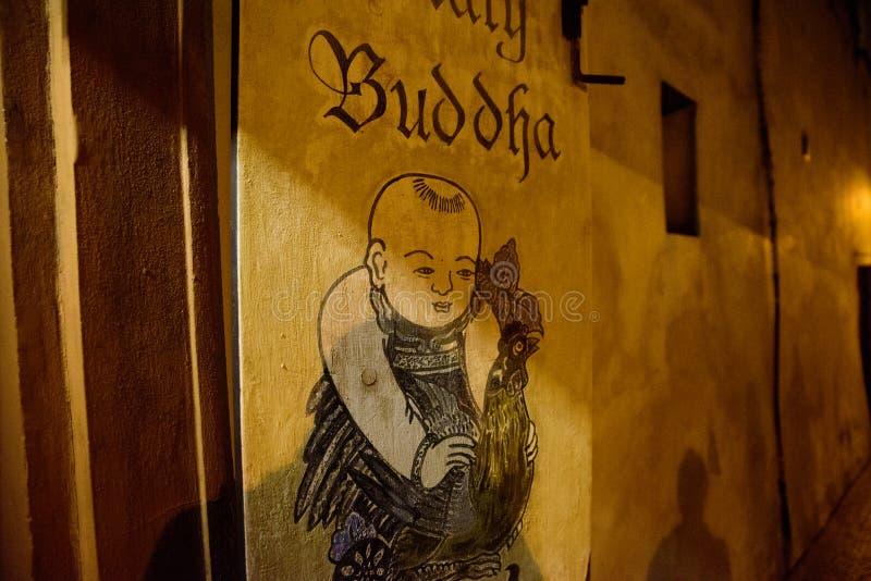 PRAGA - 7 DE DICIEMBRE: firme fuera de una tienda con una imagen de Buda, fotografía de archivo libre de regalías