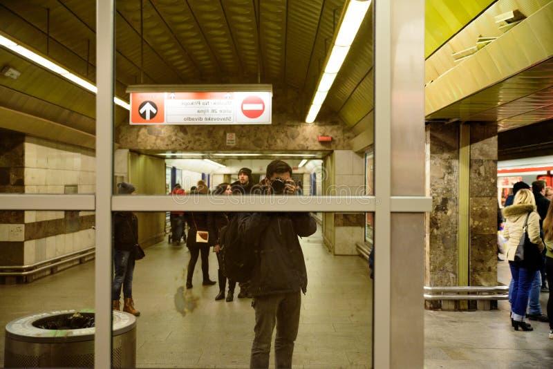 PRAGA - 7 DE DICIEMBRE: fotógrafo que toma una imagen de su refle fotos de archivo