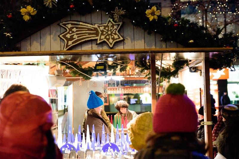 PRAGA - 7 DE DICIEMBRE: Tienda del candel del mercado callejero de la Navidad, 201 imágenes de archivo libres de regalías