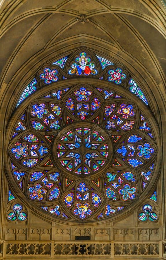 PRAGA - 2 DE OCTUBRE: Ventanas manchadas en St Vitus Cathedral en O imagenes de archivo