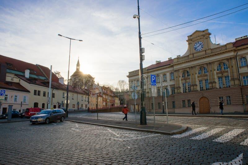 PRAGA - 7 DICEMBRE: la gente che aspetta ad una fermata dell'autobus con il sole immagini stock