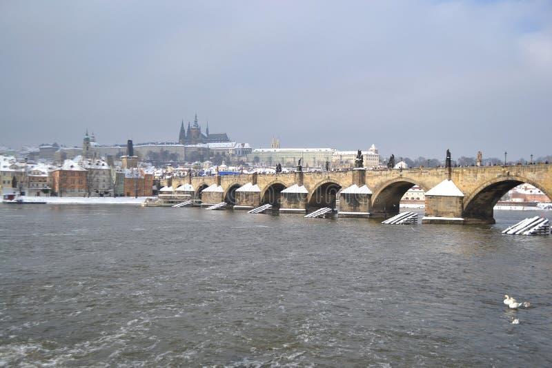 Praga e o rio de Vltava imagens de stock royalty free