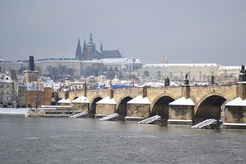 Praga e o rio de Vltava foto de stock