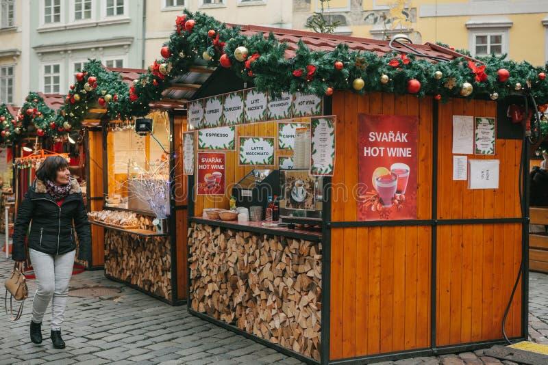 Praga, el 13 de diciembre de 2016: Mercado de la Navidad en la plaza principal La mujer mira con el asombro y la alegría adornada foto de archivo libre de regalías