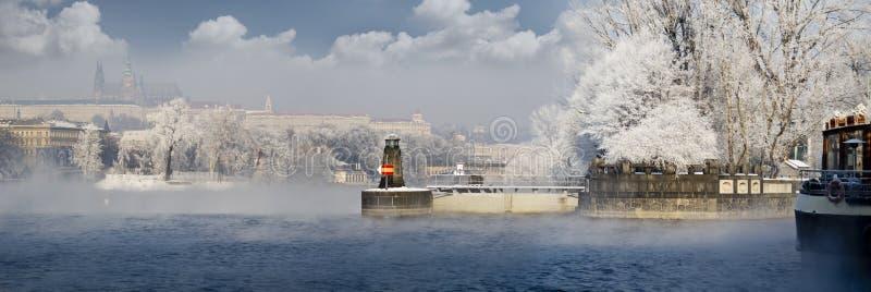 Praga en invierno imagenes de archivo