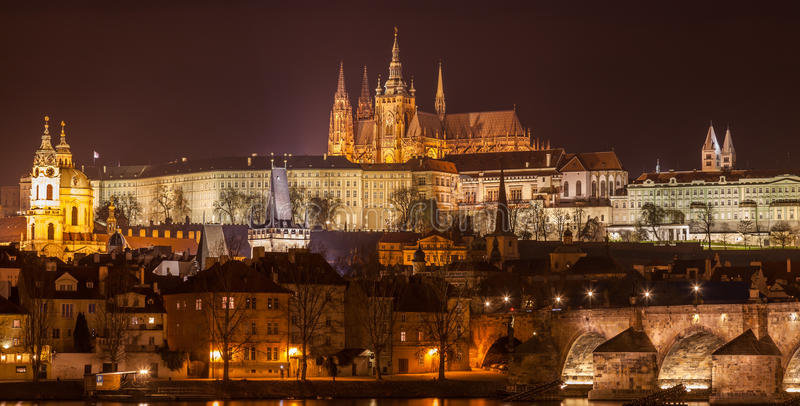 Praga en la noche foto de archivo