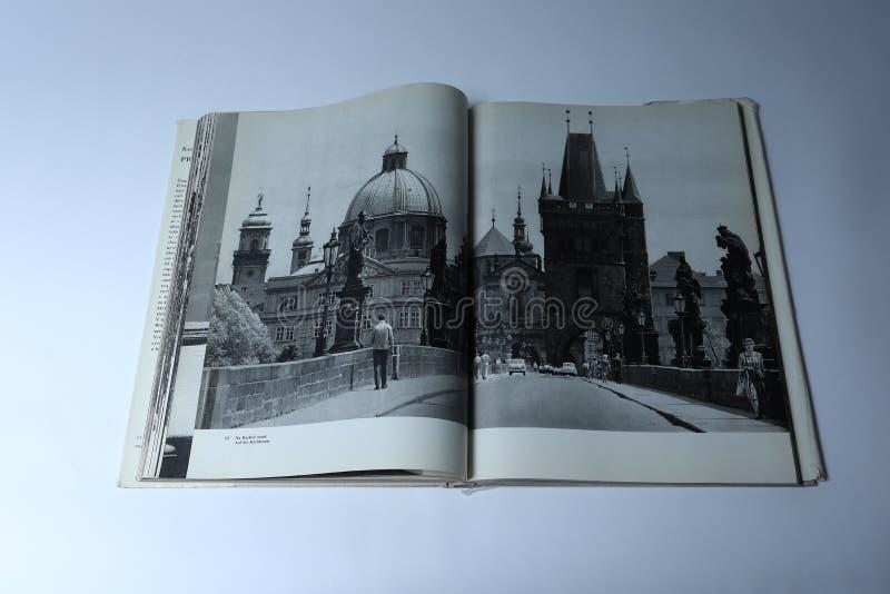 Praga en libro de imágenes de Karel Plicka Paseo en el puente de Charles imágenes de archivo libres de regalías