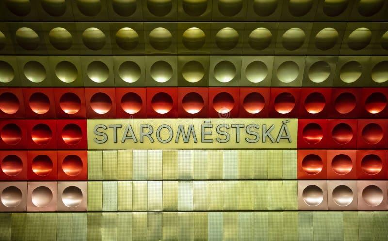 Praga, estação de metro de Staromestska, sinal do metal fotos de stock