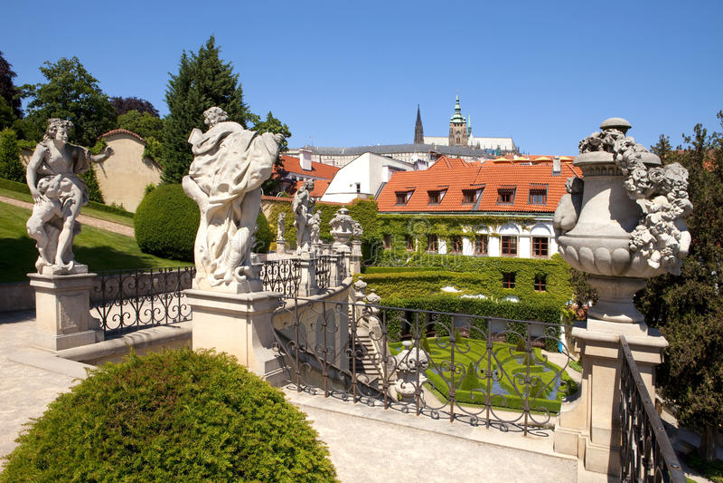 Praga - giardino di vrtba e castello hradcany fotografia stock libera da diritti