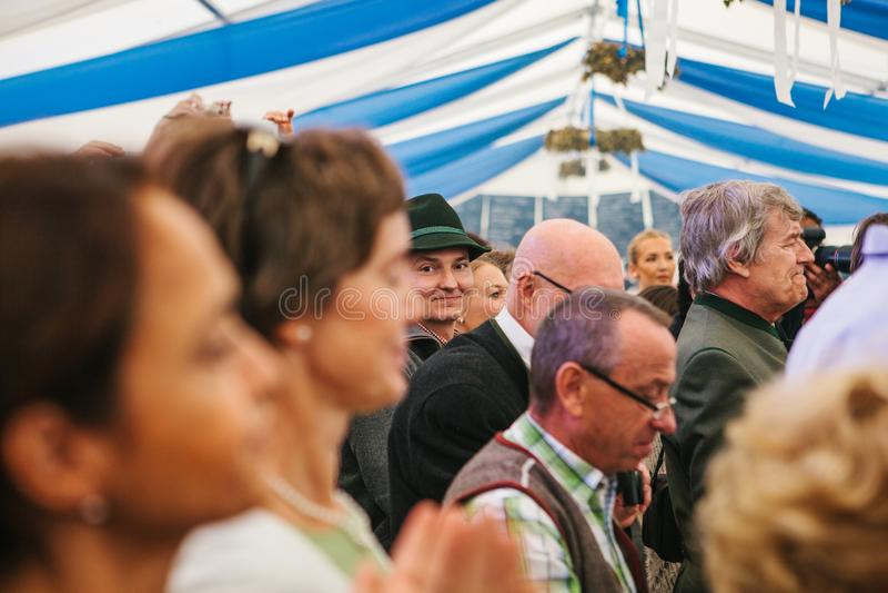 Praga, il 23 settembre 2017: Celebrando il festival tedesco tradizionale della birra chiamato la gente di Oktoberfest stanno aspe fotografia stock libera da diritti