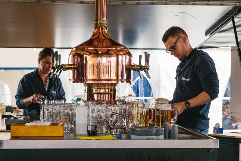 Praga, il 23 settembre 2017: Celebrando il festival tedesco tradizionale della birra ha chiamato Oktoberfest in repubblica Ceca immagini stock
