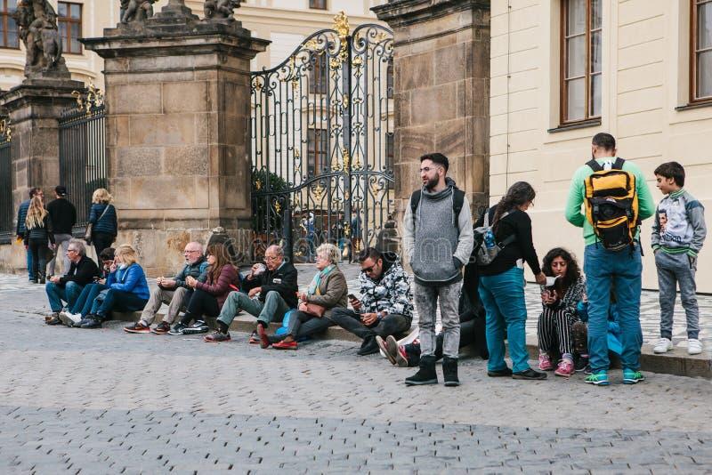 Praga, il 21 settembre 2017: La gente, i turisti ed i locali differenti riposano sulla via della città, comunicano qualcuno mangi fotografia stock libera da diritti