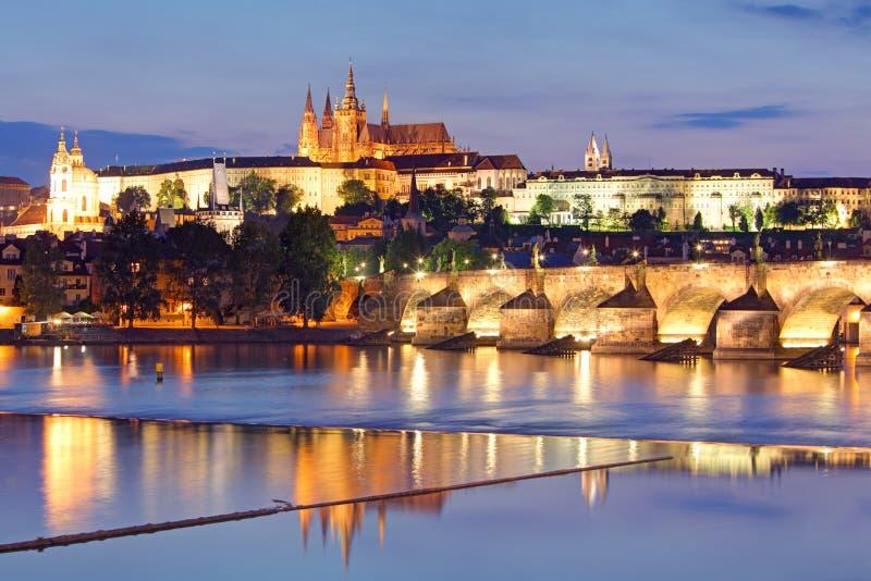 Praga kasztel i Charles most przy nocą obraz stock