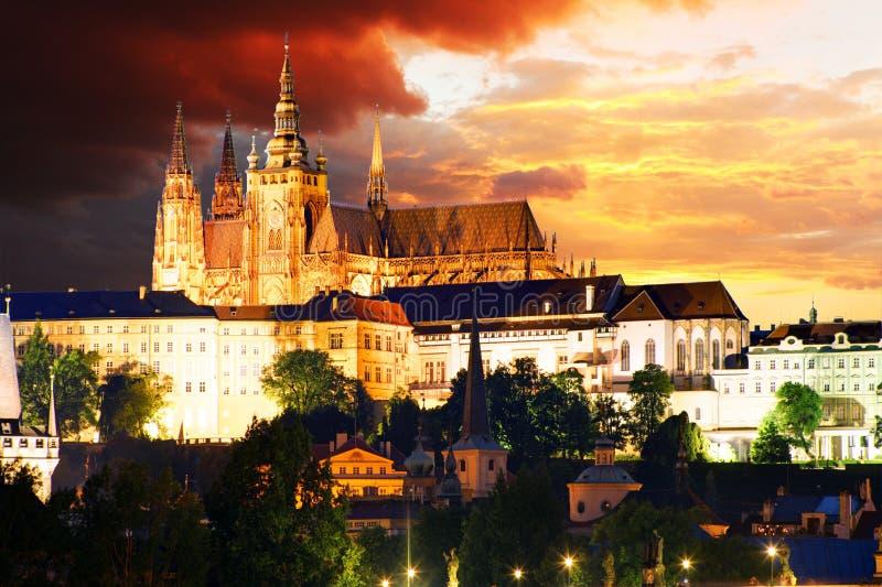 Praga kasztel i Charles most przy nocą zdjęcia stock