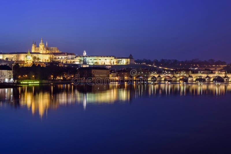 Praga kasztel i Charles most przy nocy błękita godziną zdjęcia royalty free
