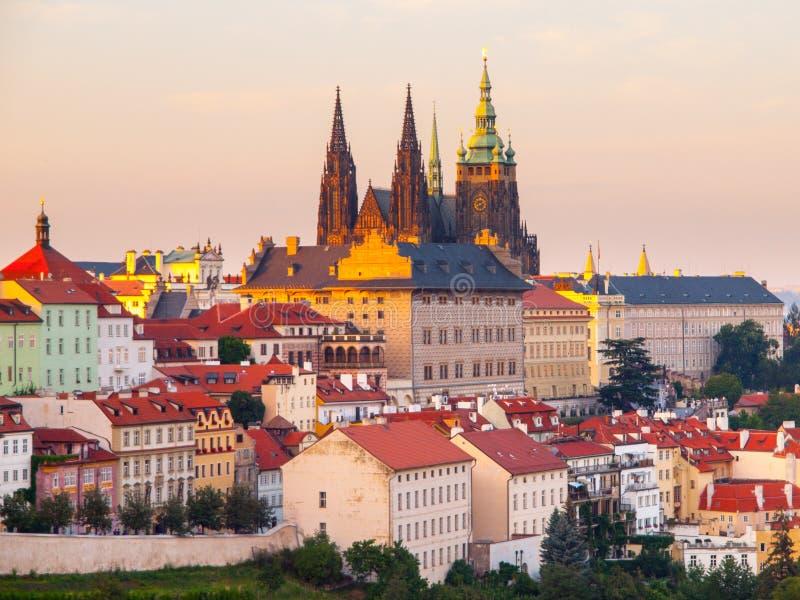 Praga kasztel z świętego Vitus katedrą Wieczór widok od Strahov monasteru uprawia ogródek, Hradcany, Praga, republika czech fotografia royalty free