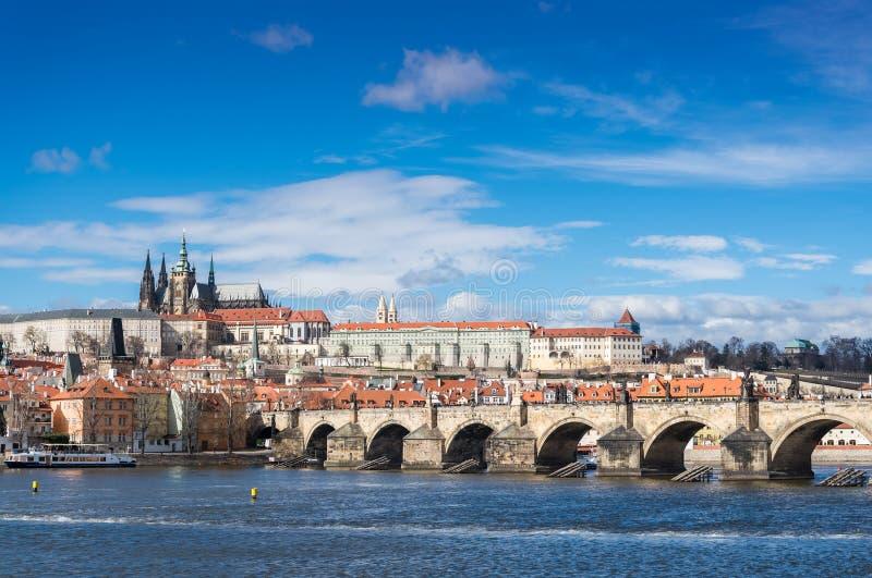 Praga kasztelu, Charles mostu i Vltava rzeka pod niebieskim niebem, obrazy stock