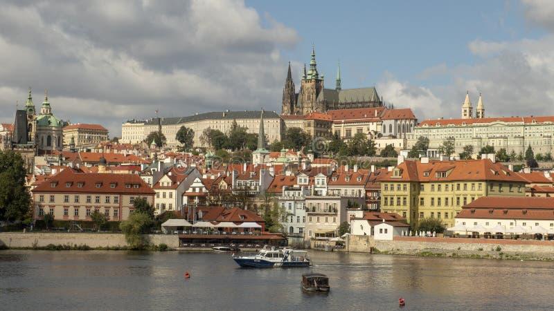 Praga kasztelu kompleks, widzieć z naprzeciw Vltava rzeki, Praga, republika czech zdjęcie stock