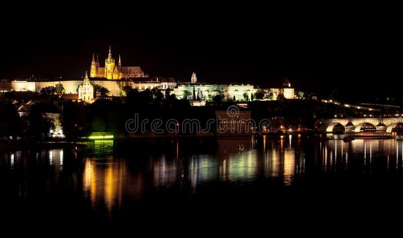 Praga kasztelu nocy odbicie obraz stock