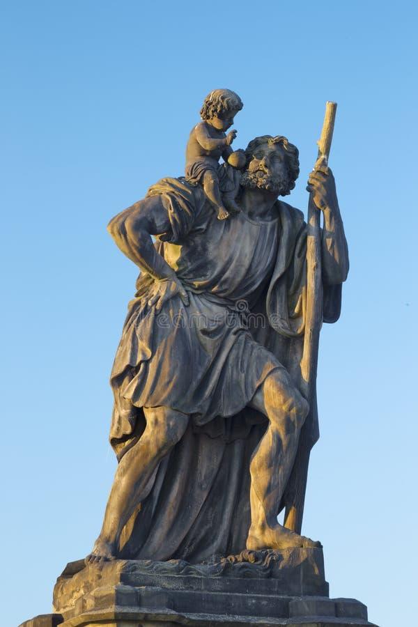 Praga - la statua di San Cristoforo dal ponte di Charles di mattina leggero da Emanuel Max nel 1857 fotografia stock