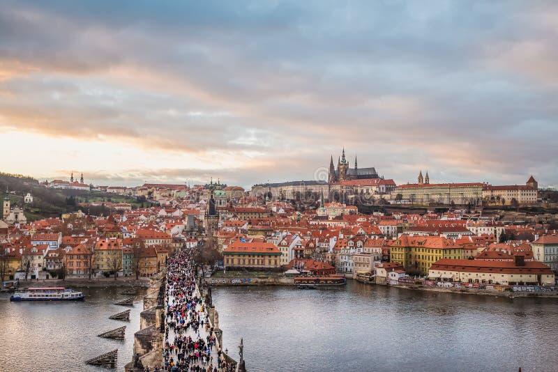 Praga, la visión sobre el puente de Charles, Mala Strana y el castillo imágenes de archivo libres de regalías