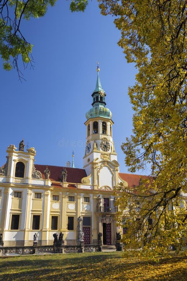 Praga - Loreto jesieni i ko?ci?? barokowy drzewo zdjęcie stock