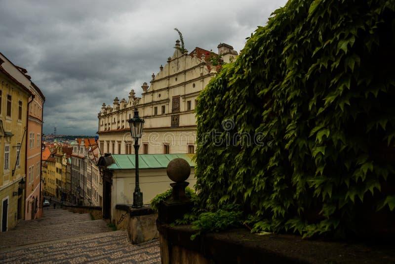 Praga miasto, republika czech: Pochodzić schodki miasto od Praga kasztelu fotografia royalty free